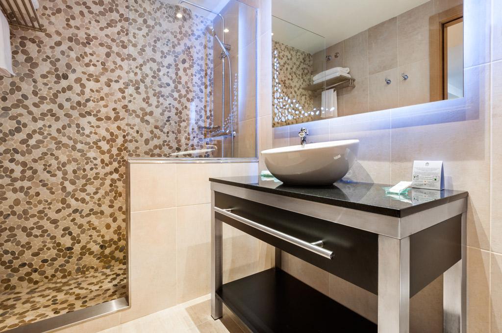 Gran-Hotel-Barcino-Bano-con-ducha