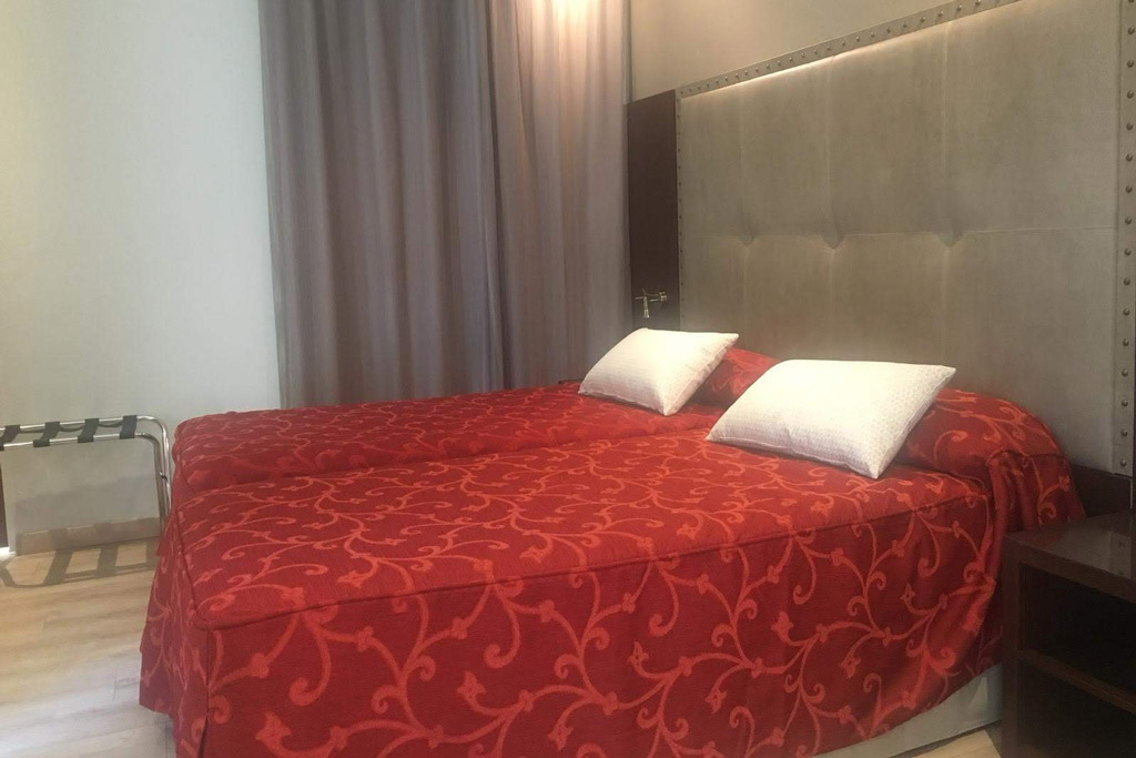 hostal-la-trucha-poliol-habitacion-cama